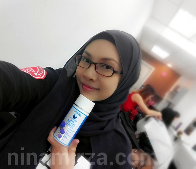 dah nama pun blogger kann.... sempat lagi nak selfie sebelum cuci rambut. hehee . . .